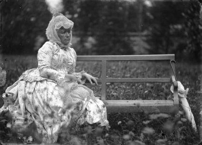 """Riproduzioni da lastre fotografiche originali con Giulia Bianchi in posa per il dipinto """"Mia madre in giardino"""""""